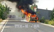 Đồng Tháp: Xe taxi bốc cháy dữ dội
