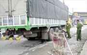 Xe tải vượt ẩu tông xe máy khiến cụ bà bị cán tử vong