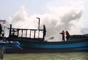 Tàu cá bốc cháy dữ dội trên sông Hàn