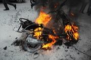 Xe ga cháy trơ khung sắt trên phố Trần Nhân Tông