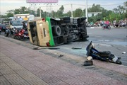 Xe tải tông lật xe khách, 13 người bị thương