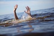 Tắm trên đập tràn trơn trượt, hai em nhỏ bị đuối nước thương tâm