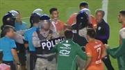 Cầu thủ nổi giận vây đánh trọng tài, cảnh sát chống bạo động phải vào cuộc giải nguy