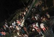 Xe buýt rơi xuống khe núi, 19 người thiệt mạng