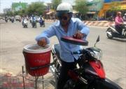 Trà đá miễn phí làm mát lòng người đi đường giữa trời Sài Gòn nắng nóng