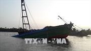 Binh Dương: Trục vớt sà lan hàng trăm tấn chìm trên sông Sài Gòn