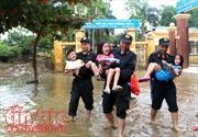 Những hình ảnh lực lượng công an nỗ lực giúp dân khắc phục hậu quả sau mưa lũ