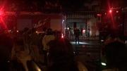 Một căn nhà ba tầng trong hẻm bốc cháy, ba người ngạt khói bất tỉnh