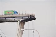 Xe tải 'đánh lừa thần chết' trên cầu sập ở Italy