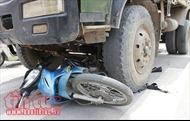 Bị xe tải cuốn vào gầm, 2 người đi xe máy tử vong tại chỗ