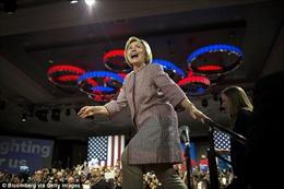 """Bà Hillary bị """"ném đá"""" vì mặc áo khoác hơn 12.000 USD"""