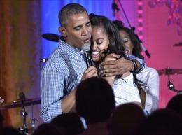 Tổng thống Obama hát mừng sinh nhật ái nữ