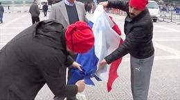Người biểu tình Thổ Nhĩ Kỳ chống Hà Lan đốt nhầm cờ... Pháp