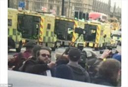 'Bó tay' với người đeo kính râm, chụp ảnh tự sướng tại hiện trường khủng bố ở Anh