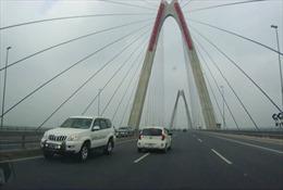 Hai lái xe chạy ngược chiều trên cầu Nhật Tân vẫn cố tình 'chây ì' trốn phạt