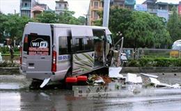 Bình Phước: Xe khách đâm vào dải phân cách, 3 người bị thương