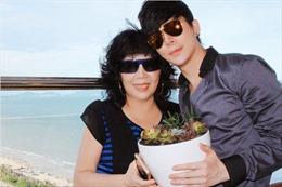 Nathan Lee chạy xe gần trăm cây số, tặng mẹ sen đá nhân Ngày của Mẹ