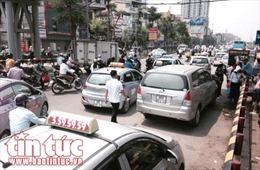 Bát nháo taxi, xe ôm trước cổng bệnh viện Bạch Mai