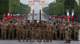 Binh sĩ Mỹ diễu hành trên đường phố Paris