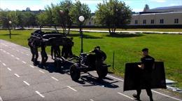 Học viên trường sĩ quan Nga tháo lắp một ô tô chỉ trong 4 phút