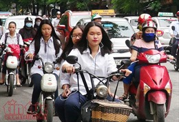 Học sinh hồn nhiên đi xe điện không đội mũ bảo hiểm