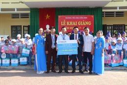 Fubon Life Việt Nam trao quà ngày khai trường