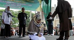 Một người phụ nữ Indonesia phải nhận hình phạt đòn roi trước đám đông