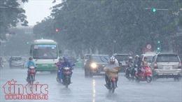 Hoàn lưu áp thấp gây mưa dông mạnh cho khu vực giữa và nam Biển Đông
