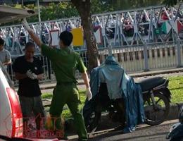 Người đàn ông gục chết bất thường trên xe máy