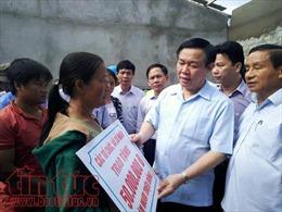 Phó Thủ tướng Vương Đình Huệ động viên, tặng quà cho người dân vùng tâm bão Hà Tĩnh