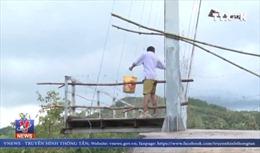 Người dân liều mình đi qua cầu treo đang hư hỏng nặng
