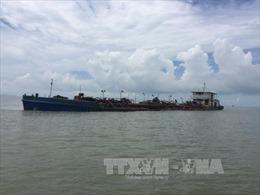 Kiên Giang bắt giữ sà lan chở 50 tấn phân urê không rõ nguồn gốc