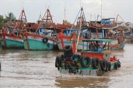 Triều cường, sóng lớn 'xóa sổ' khu sửa chữa tàu thuyền của ngư dân