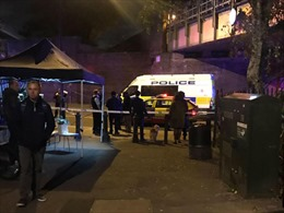Tấn công bằng dao bên ngoài ga tàu tại Anh