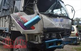 Mất phanh, 2 xe tải đâm nhau tại trạm thu phí BOT