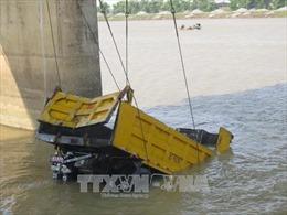 Va chạm với xe máy, ô tô tải 11 tấn lao xuống sông Kinh Thầy