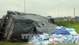 Quảng Nam: Xe tải chở 20 tấn thức ăn gia súc lao xuống ruộng