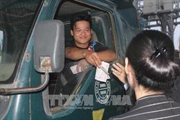 Lái xe tải dùng tiền lẻ mua vé qua trạm BOT nam Bình Định