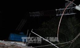 Mưa to gió lớn khiến cột thu phát sóng đổ đè sập nhà dân