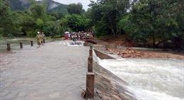 Đi kiểm tra ngập lụt, trưởng thôn bị lũ cuốn trôi