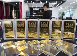 Giá vàng châu Á giảm, giá dầu vọt cao nhất từ giữa 2015
