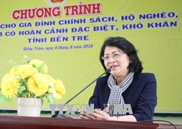 Phó Chủ tịch nước trao quà tặng gia đình chính sách và trẻ em khó khăn tỉnh Bến Tre