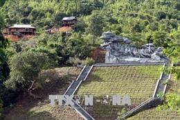 Cụm tượng đài Kéo Pháo 'ngạt thở' bởi nhà sàn, khu chăn nuôi