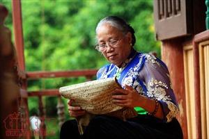 Nữ nghệ nhân nặng lòng với chữ Thái cổ