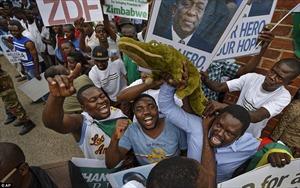Người dân Zimbabwe hân hoan trước sự trở về của 'Cá sấu' Mnangagwa