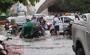 Mưa lớn tại nội thành Hà Nội, nhiều tuyến đường bị ngập sâu