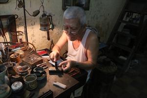 Người giữ lửa nghề chạm bạc thủ công phố cổ Hà Thành