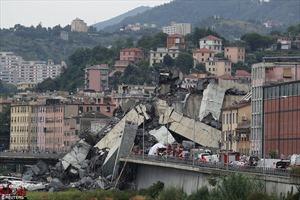 Toàn cảnh cầu sập hãi hùng, hàng chục ô tô lao theo làm 26 người chết ở Italy