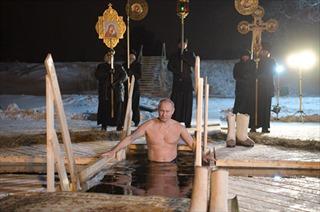 Tổng thống Putin ngâm mình trong nước giữa trời lạnh giá