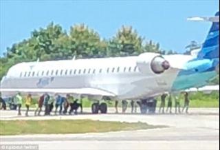 Phi công rẽ sai đường, 20 người tay không đẩy máy bay